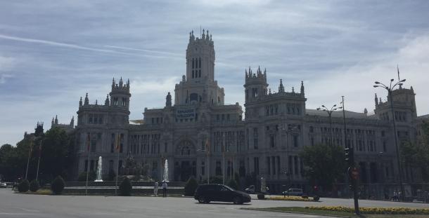 grand bâtiment historique à Madrid