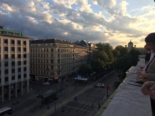 Vue sur la rue depuis le toit de l'opéra de Vienne