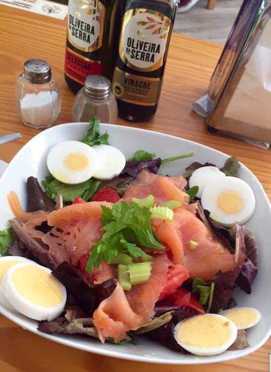 salade saumon, oeufs, légumes au café Traveller Caffé de Porto