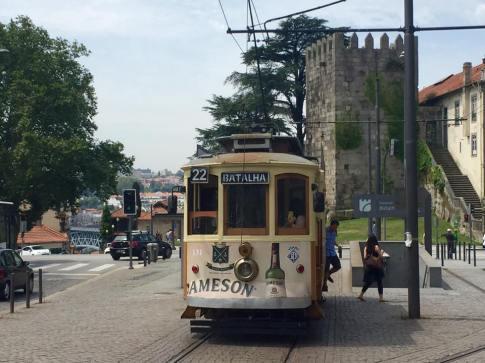 tram et vieille tour à Porto